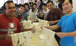 農学部短期留学生がうどん製造実習を体験しました